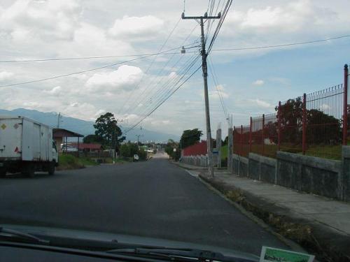 calle del Carmen hacia el hermoso lote de 2000 m2 en Carmen de Guadalupe para venta