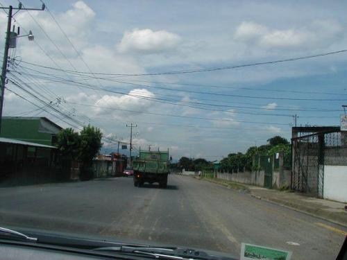 calles en buen estado hacia el hermoso lote de 2000 m2 en Carmen de Guadalupe para venta