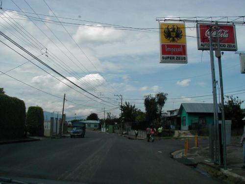 calles hacia el hermoso lote de 2000 m2 en Carmen de Guadalupe para venta en Residencial Markwood