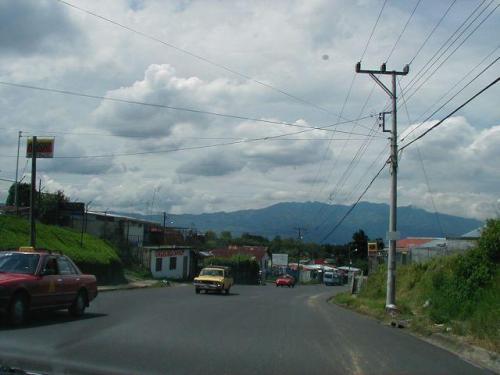 pulcras calles hacia el hermoso lote de 2000 m2 en Carmen de Guadalupe para venta
