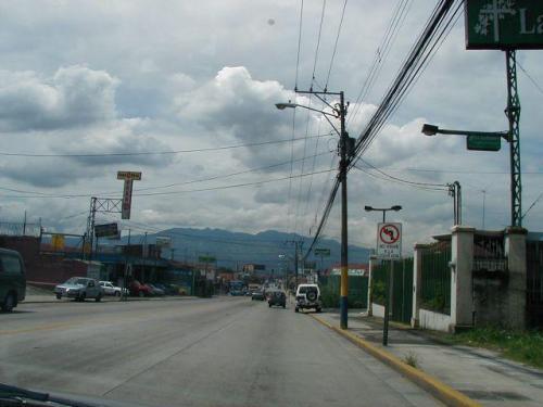 calles hacia el hermoso lote de 2000 m2 en Carmen de Guadalupe para venta