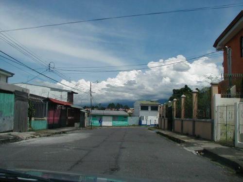 las calles hacia el hermoso lote de 2000 m2 en Carmen de Guadalupe para venta